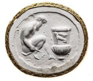 Satyr, vor großer Amphora sitzend. Maße: 17,5x19,6 mm. Original: Sard, hellbraun, 2. Hälfte 1. Jh. n. Chr. Berlin SMB 32.237, 41. Literatur: Weiß 2007, 157 Nr. 119 Taf. 19.