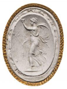 Mänade mit Thyrsosstab und erhobenem Gefäß. Maße: 31,9x24,15 cm. Neuzeitlich, Inschrift: Pichler.