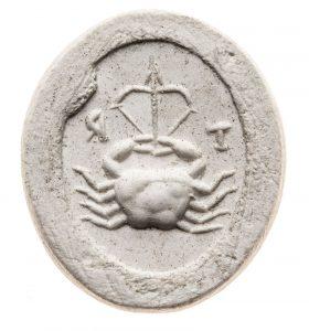 Krabbe hält Pfeil und Bogen, Inschrift T R. Maße: 12,8x11,1 mm. Original: Jaspis, rot, 2. Jh. n. Chr. Berlin SMB 32.237,375. Literatur: Weiß 2007, 276f. Nr. 509 Taf. 67.
