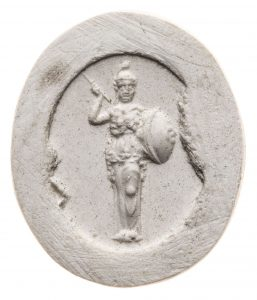 Minerva im Palladion-Typus. Maße: 15,2x12,9 mm. Original: Karneol, dunkelorange, 2. Hälfte 1. Jh. n. Chr. Berlin SMB 32,237.376. Literatur: Weiß 2007, 179 Nr. 185 Taf. 27.