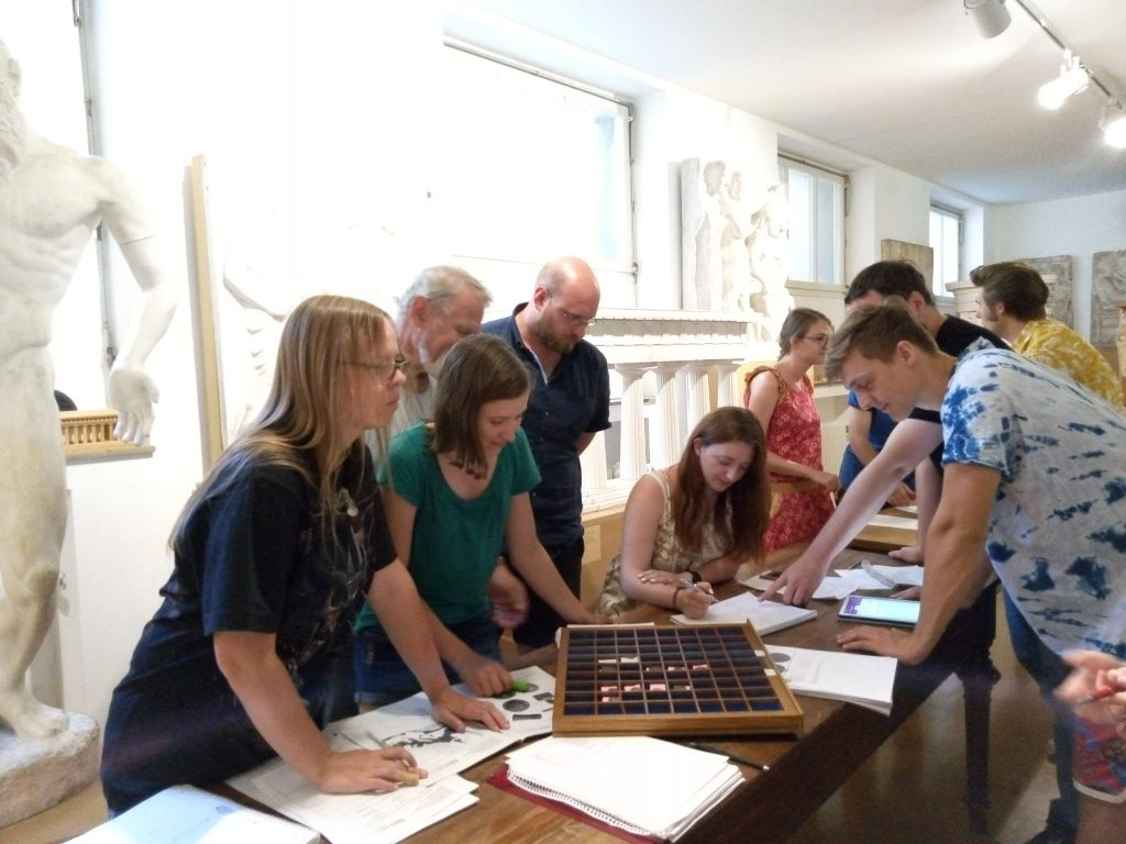 Die Studierenden der Archäologischen Wissenschaften an der FAU Erlangen-Nürnberg diskutieren die Ausstellungskonzeption.