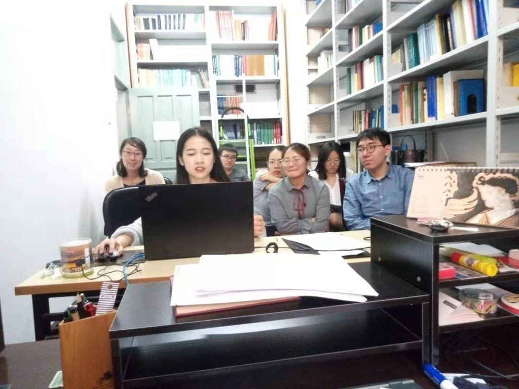 Die Studierenden des Institute for the History of Ancient Civilizations in Changchun, China, beim Austausch mit dem Erlanger Team via Videotelefonie. Foto: S. Günther